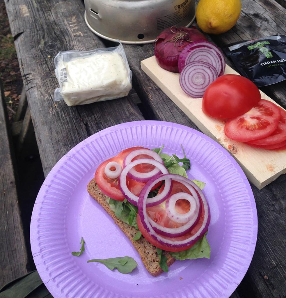 Grønnsaker på brødskive