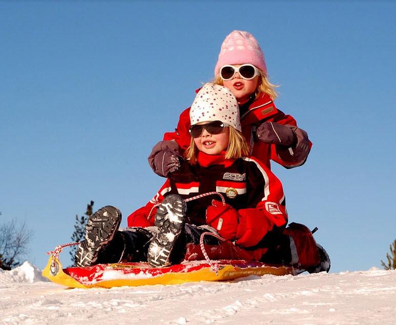 Barn leker i kulden